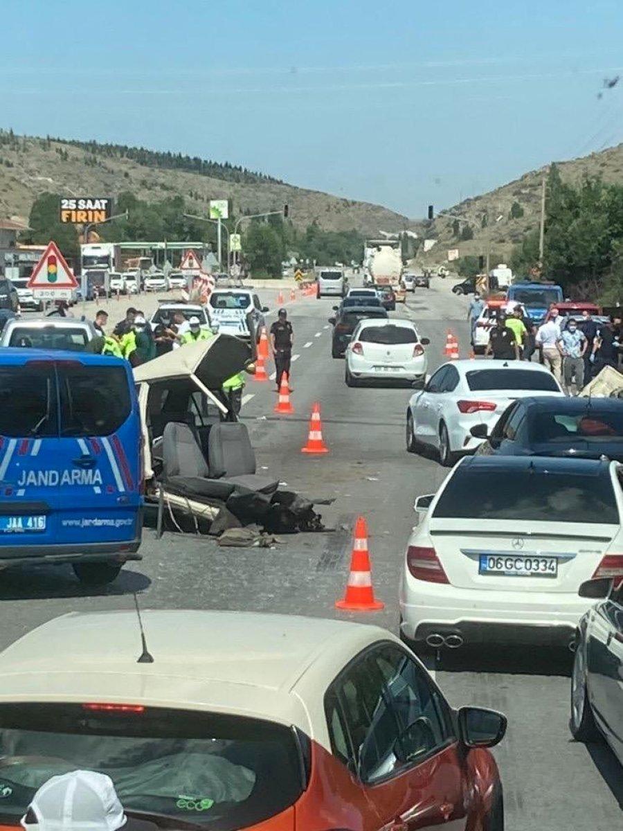 Ankara da makas atarak ilerleyen araç ortadan ikiye bölündü #4