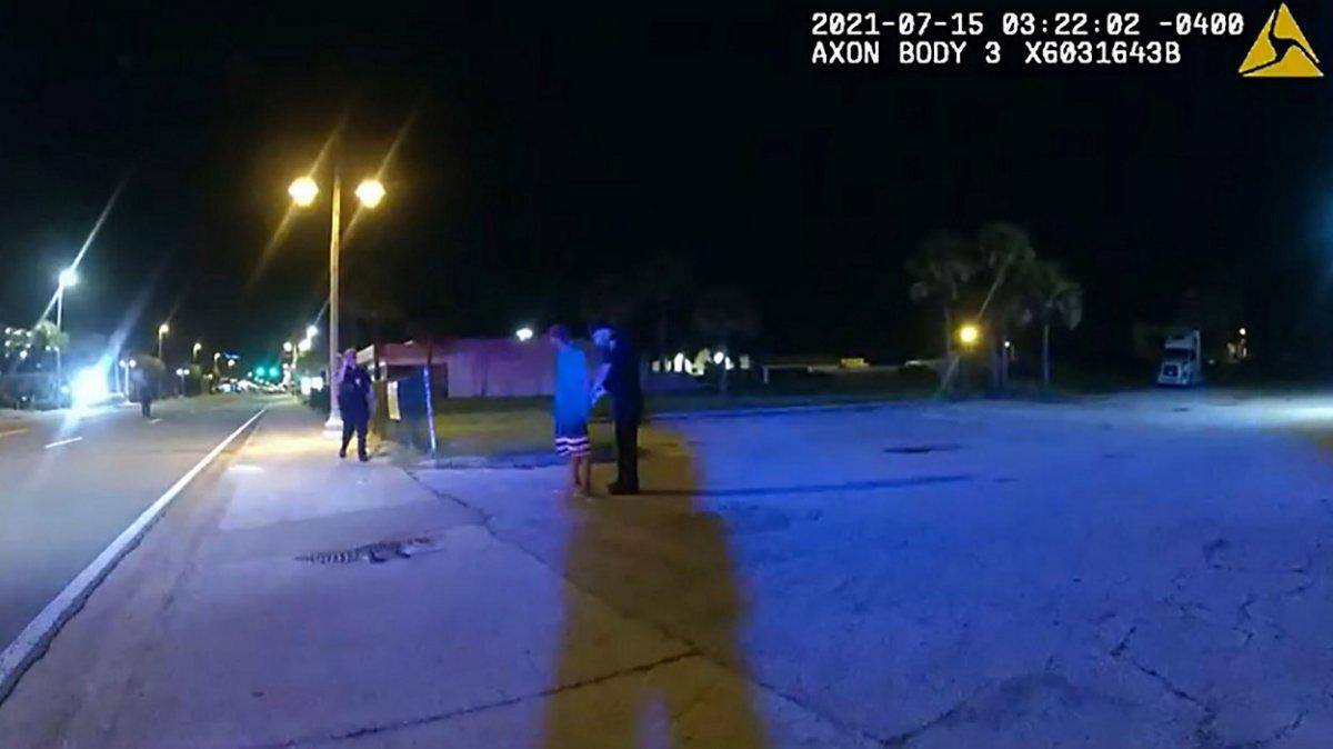 Florida da bir adam timsahı barın çatısına atmaya çalıştı #1