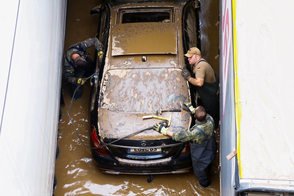 Avrupa da sel sonrası çamur temizliği #9