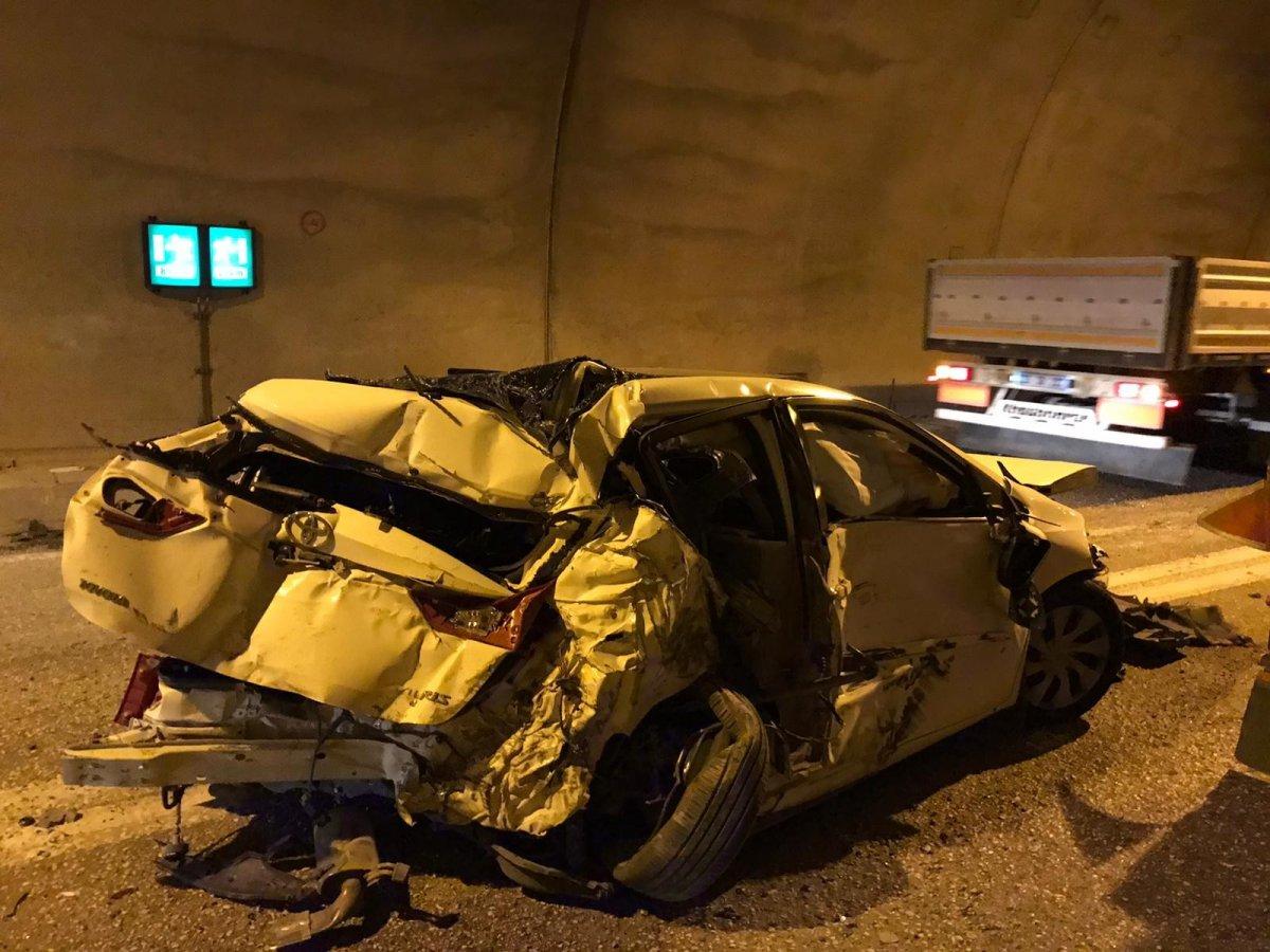 Artvin de tünelde kaza yapan araç, paramparça oldu #2
