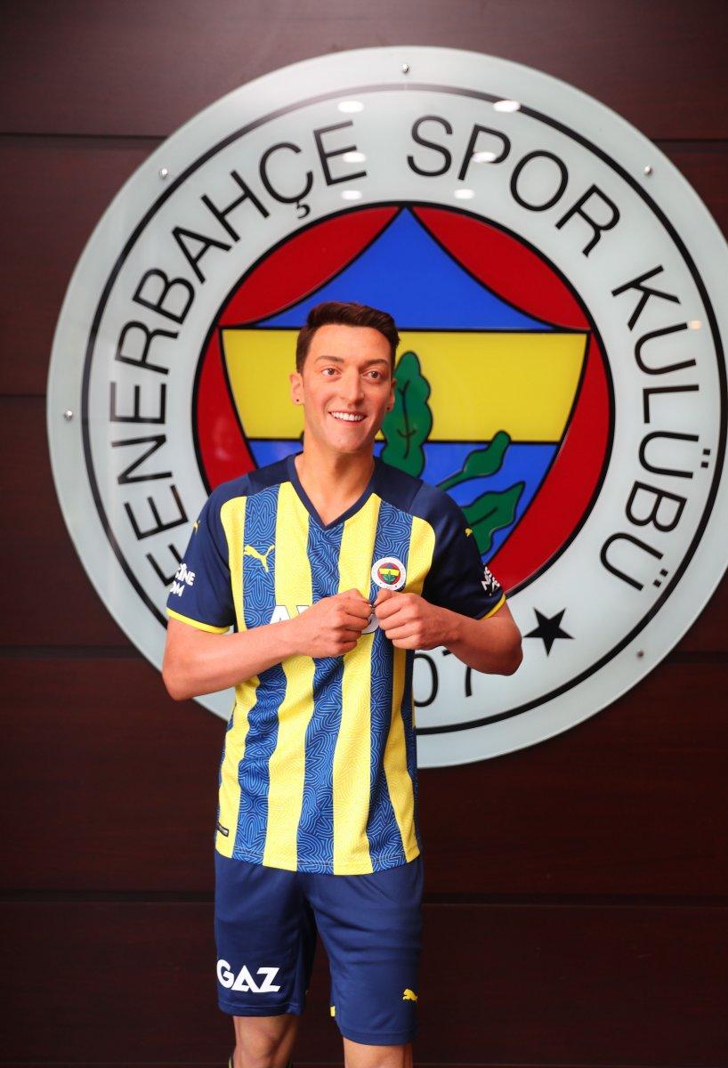 Mesut Özil balmumu heykeliyle fotoğraf çekildi #3