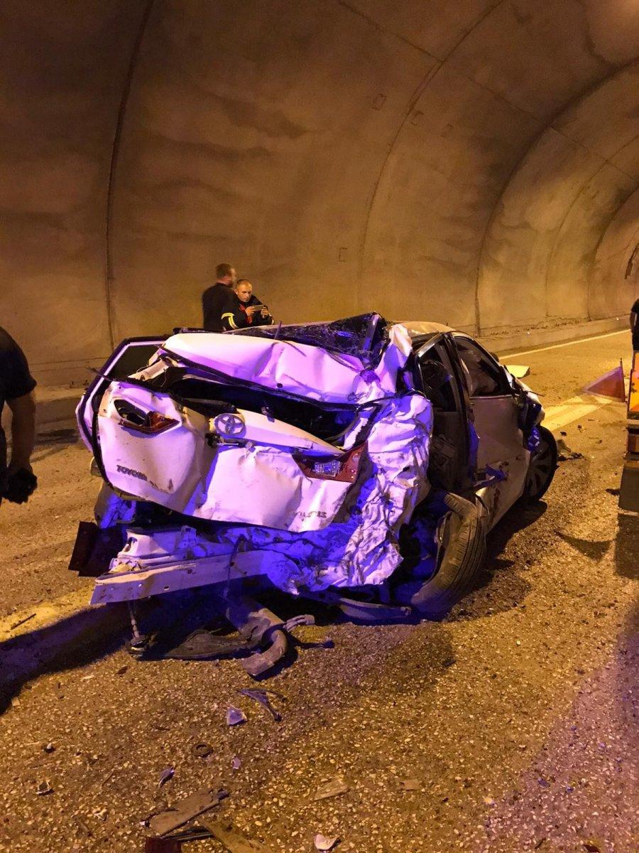 Artvin de tünelde kaza yapan araç, paramparça oldu #4