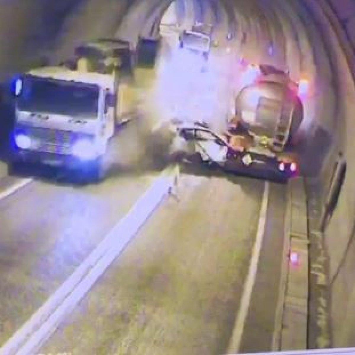 Artvin de tünelde kaza yapan araç, paramparça oldu #1