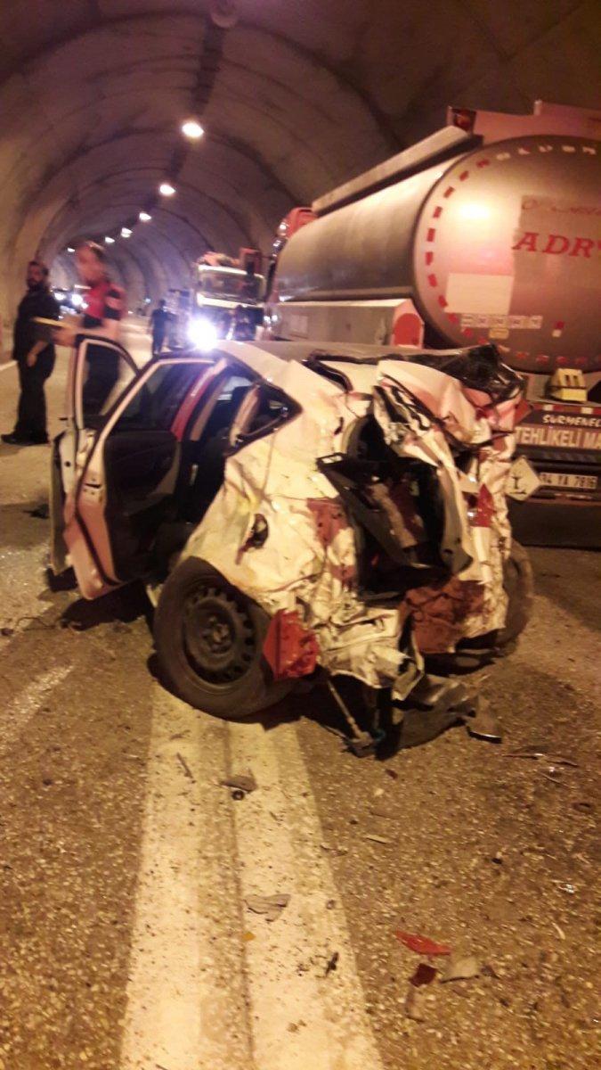 Artvin de tünelde kaza yapan araç, paramparça oldu #3