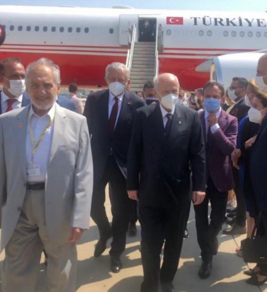 Kıbrıs a giden Devlet Bahçeli, uçaktan Oğuzhan Asiltürk ile kol kola indi #2
