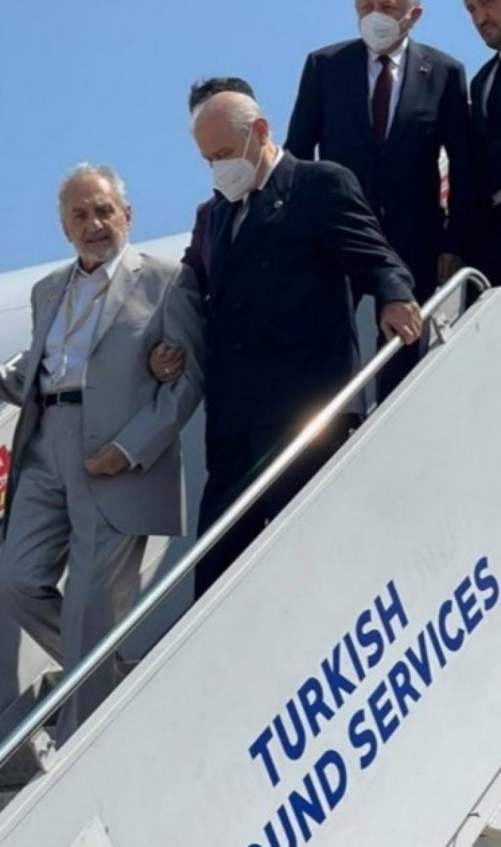 Kıbrıs a giden Devlet Bahçeli, uçaktan Oğuzhan Asiltürk ile kol kola indi #1