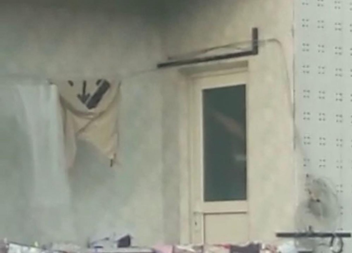 İstanbul da çocuğunu tavana asarak döven baba, polisleri harekete geçirdi #2