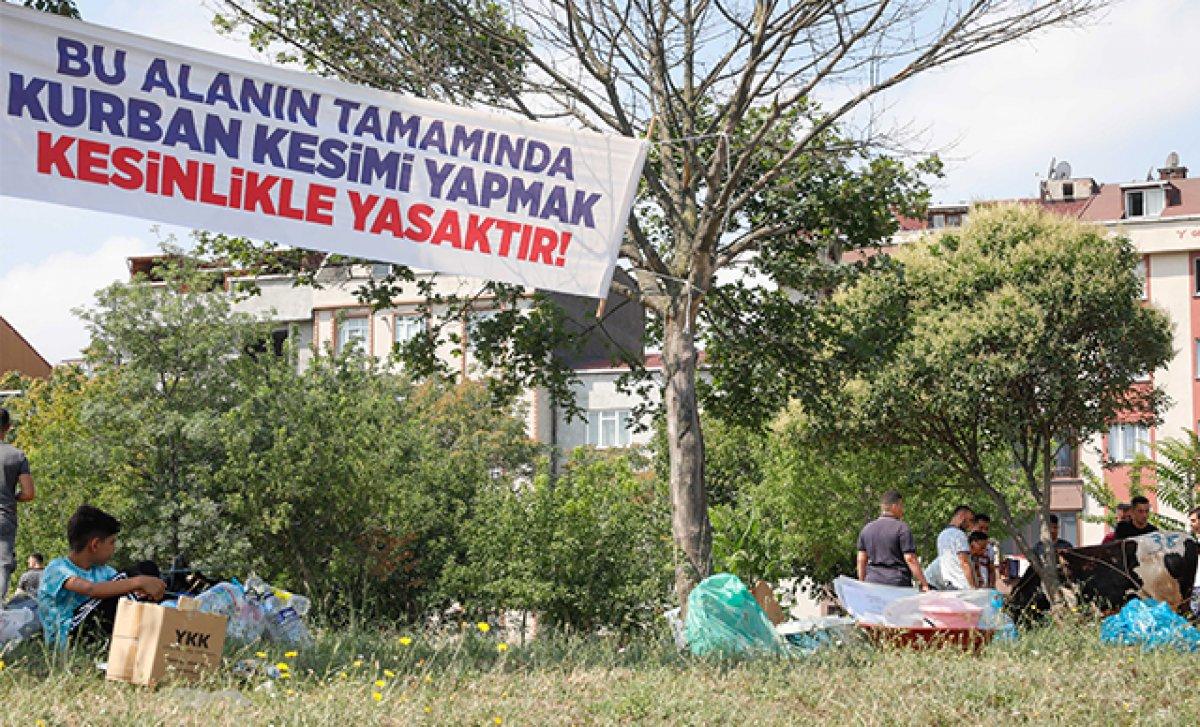 İstanbul da uyarı afişinin altında kurban kestiler #2