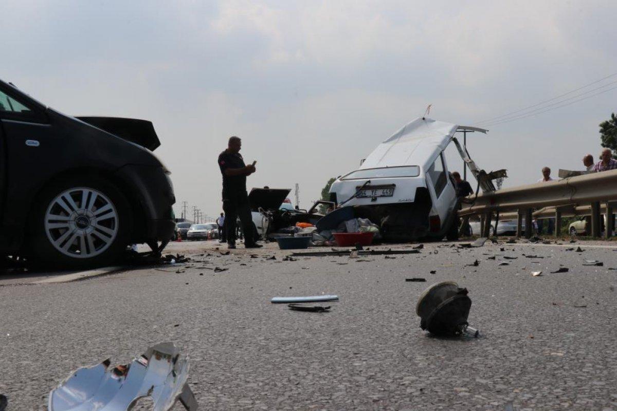 Sakarya da kaza yapan otomobil ikiye bölündü #5