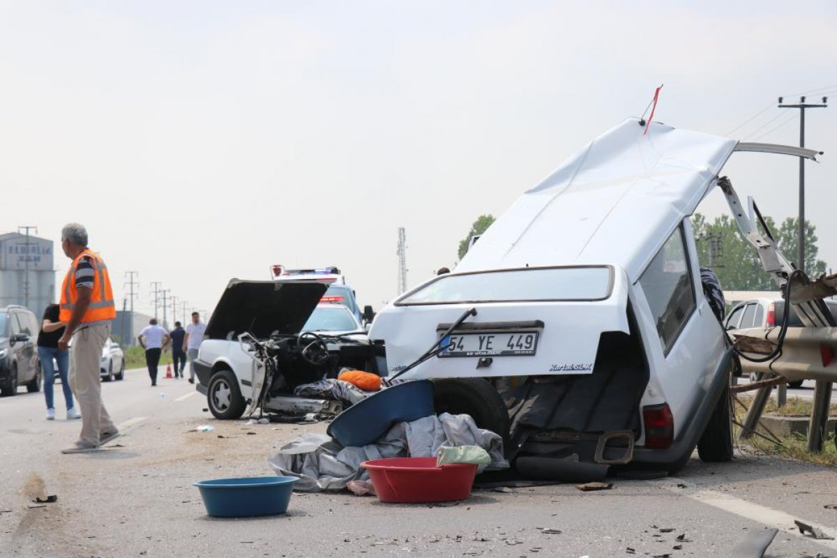 Sakarya da kaza yapan otomobil ikiye bölündü #2