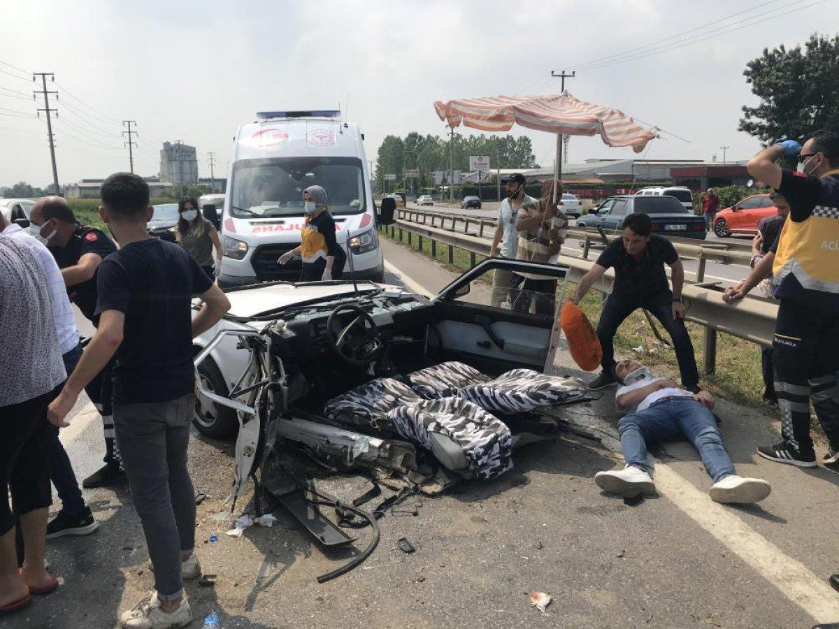 Sakarya da kaza yapan otomobil ikiye bölündü #4