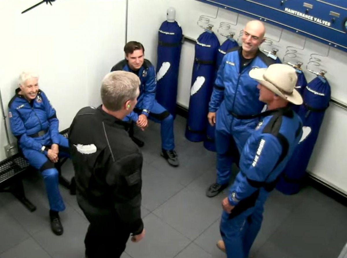 Jeff Bezos ve beraberindeki mürettebatı taşıyan araç uzaya fırlatıldı #4