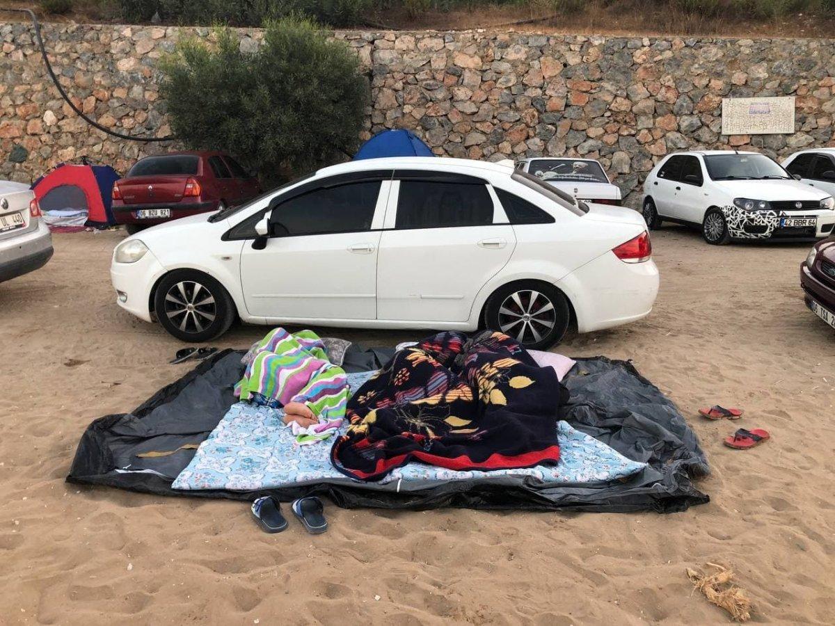 Antalya da otellerde yer bulamayanlar araç ve yerde uyudu #4