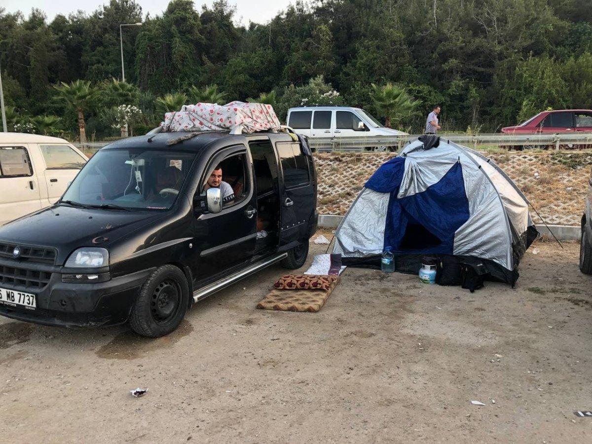 Antalya da otellerde yer bulamayanlar araç ve yerde uyudu #3