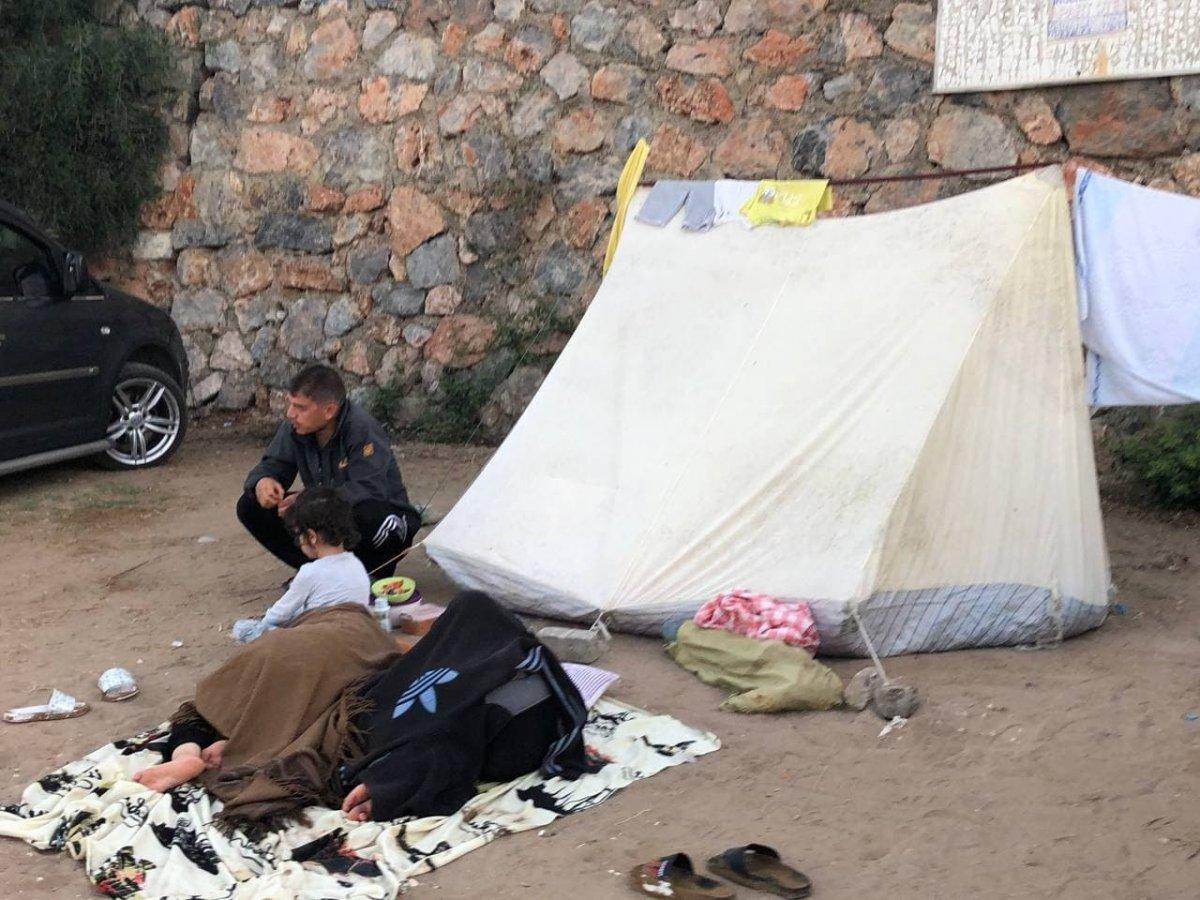 Antalya da otellerde yer bulamayanlar araç ve yerde uyudu #2