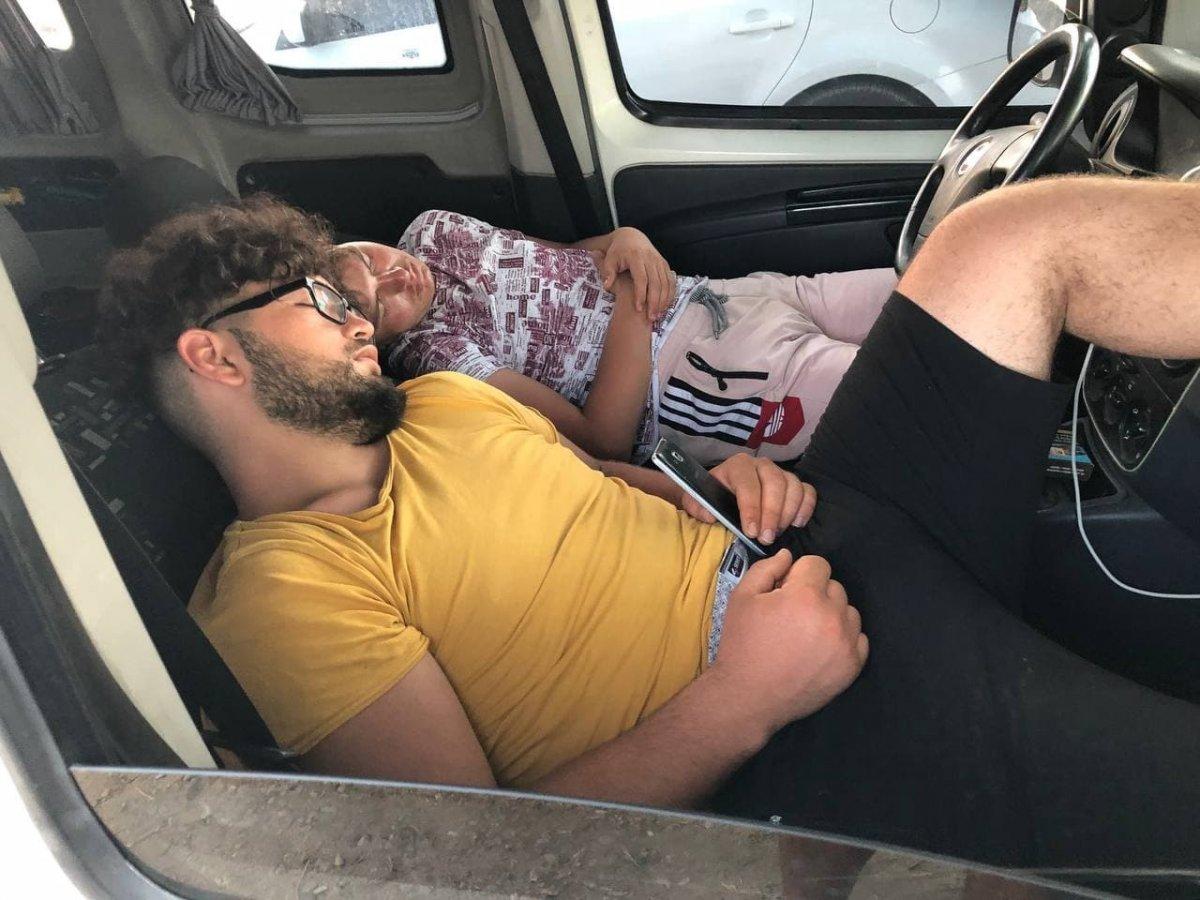 Antalya da otellerde yer bulamayanlar araç ve yerde uyudu #1