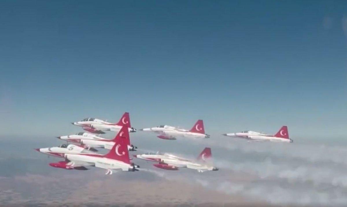 Türk Yıldızları ndan KKTC de gösteri uçuşu #3
