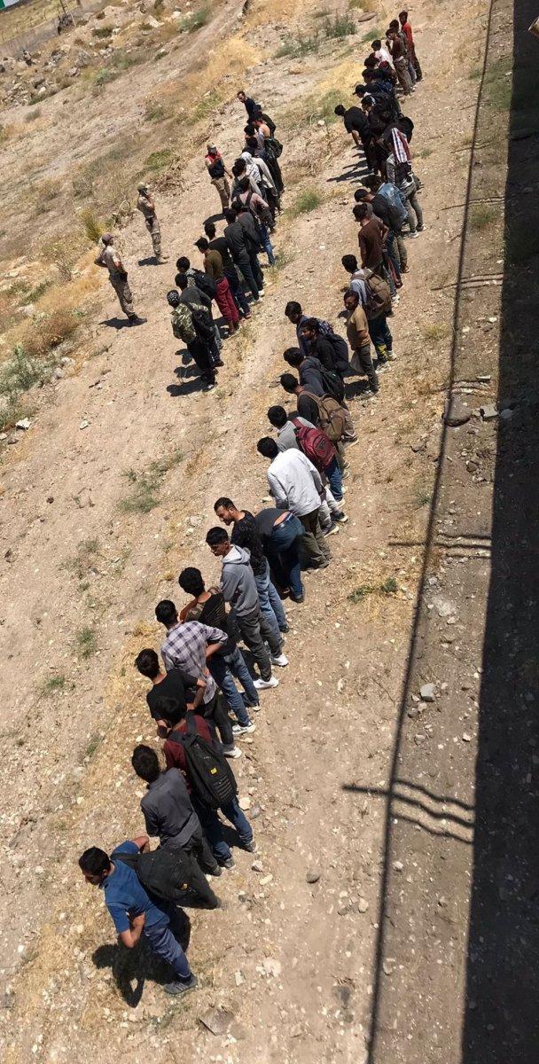 Van da arazide toplu halde ilerleyen 113 kaçak göçmen yakalandı  #5