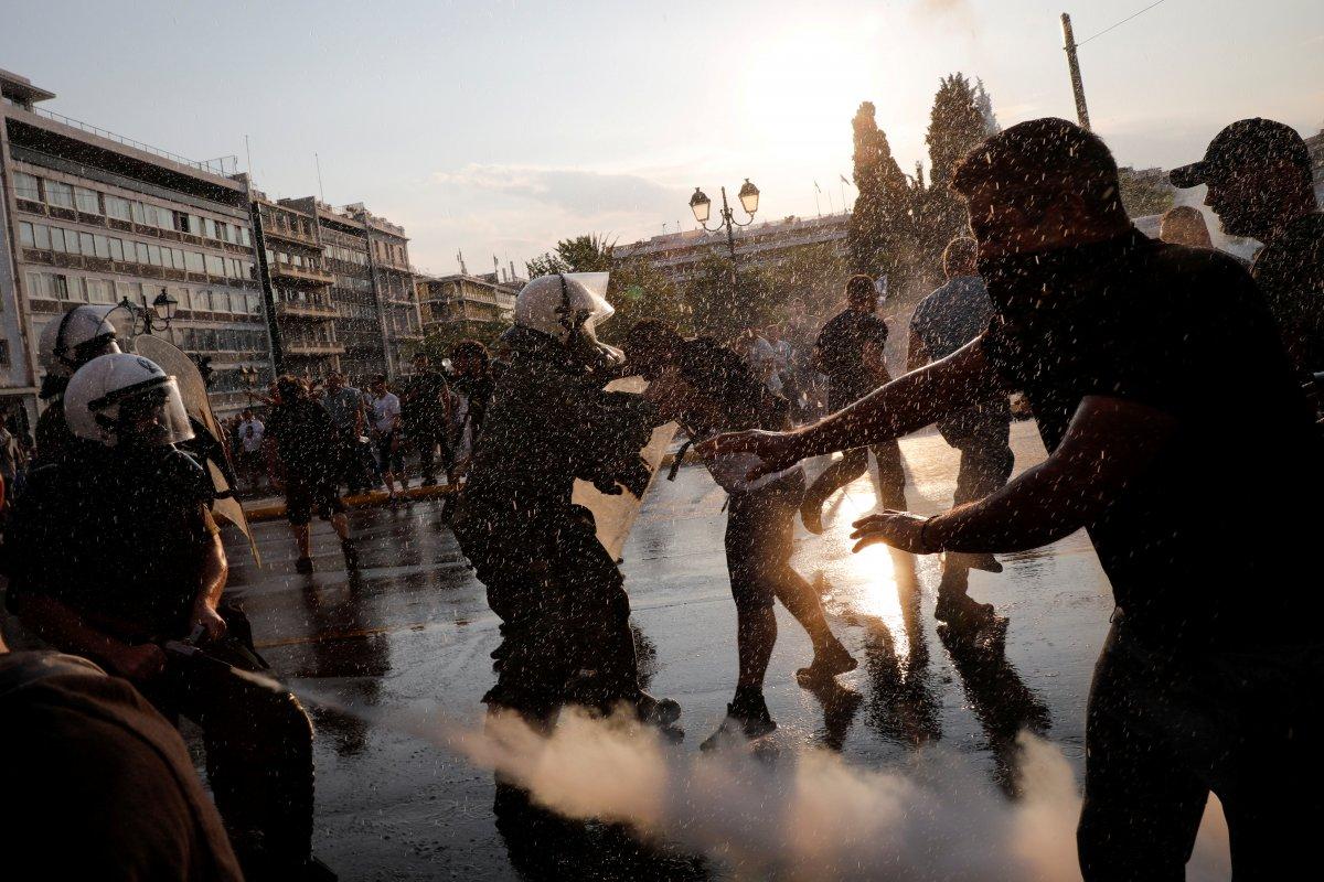 Yunanistan da zorunlu aşı karşıtları sokağa indi #2