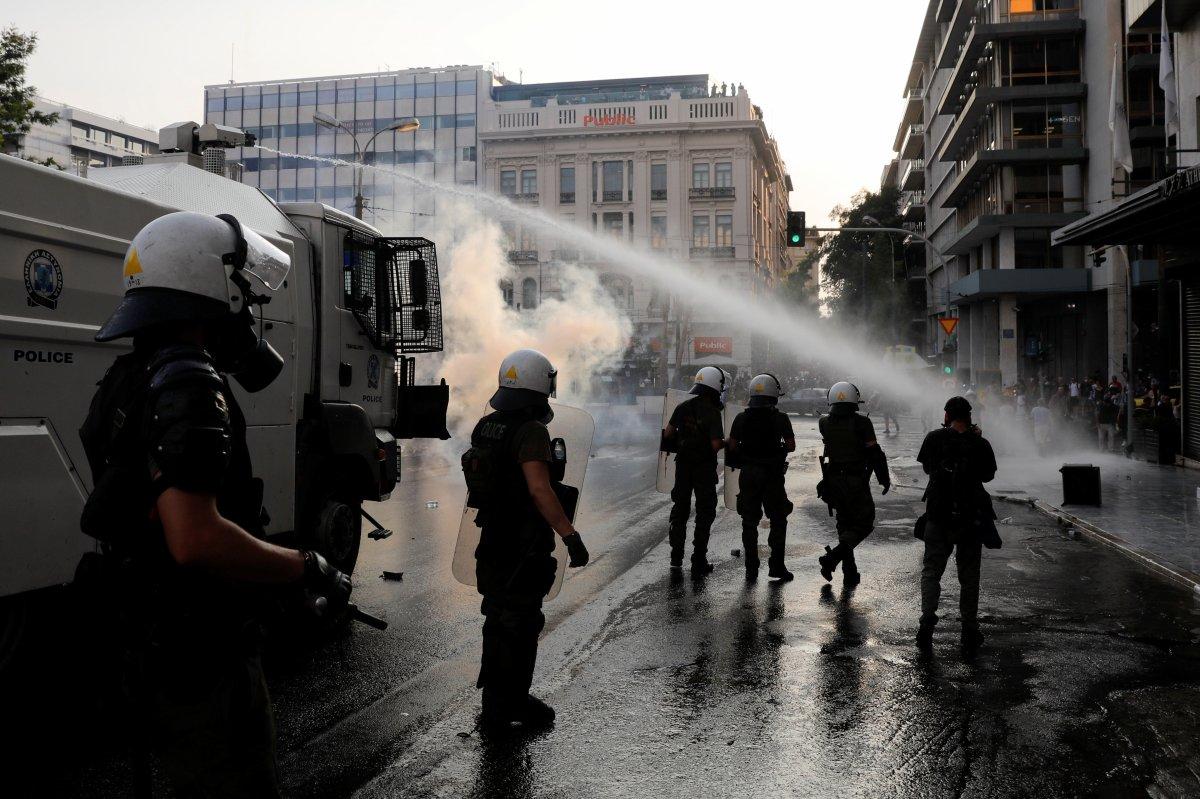 Yunanistan da zorunlu aşı karşıtları sokağa indi #1