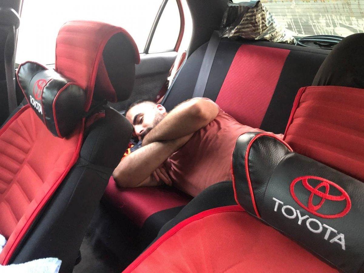 Antalya da otellerde yer bulamayanlar araç ve yerde uyudu #8