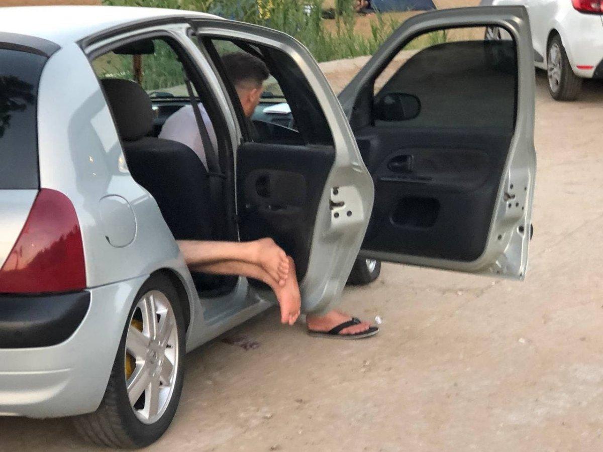 Antalya da otellerde yer bulamayanlar araç ve yerde uyudu #6