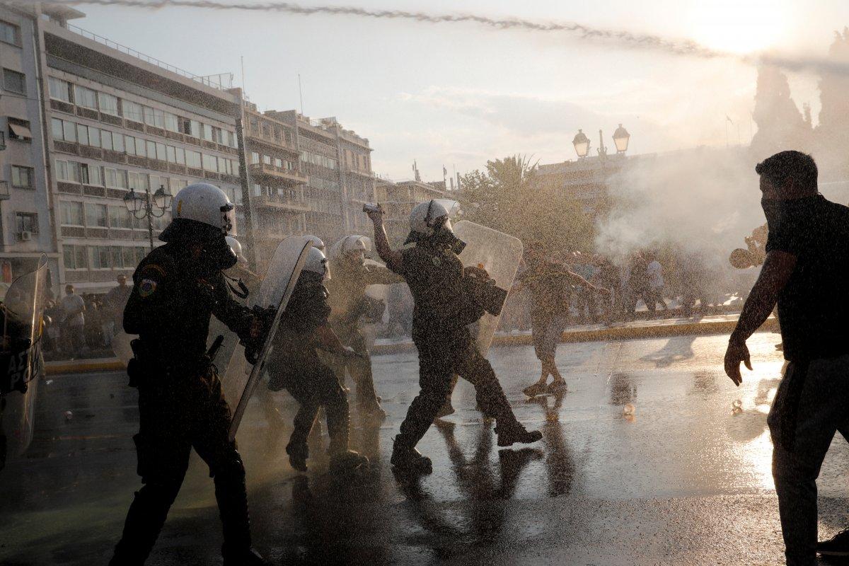 Yunanistan da zorunlu aşı karşıtları sokağa indi #3