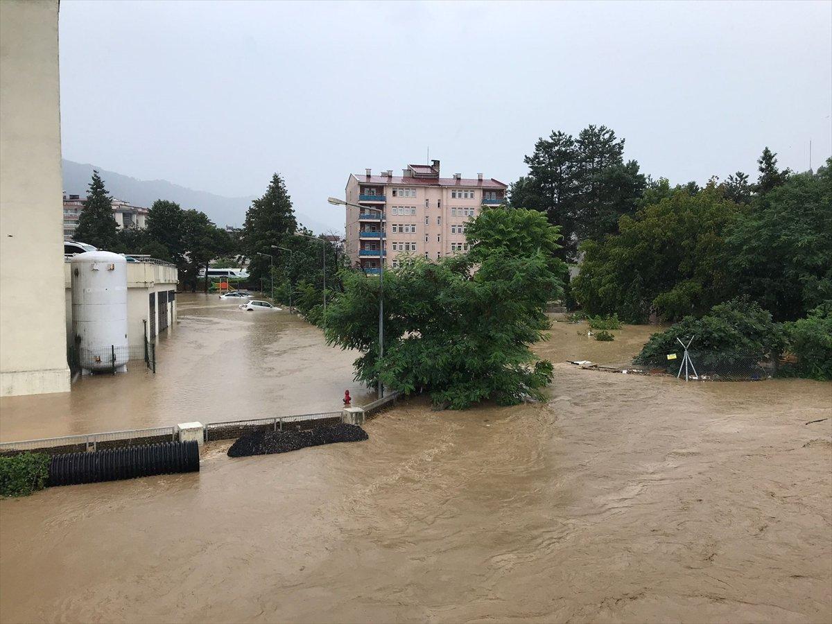 Doğu Karadeniz de sağanak yağış etkisini gösterdi #3