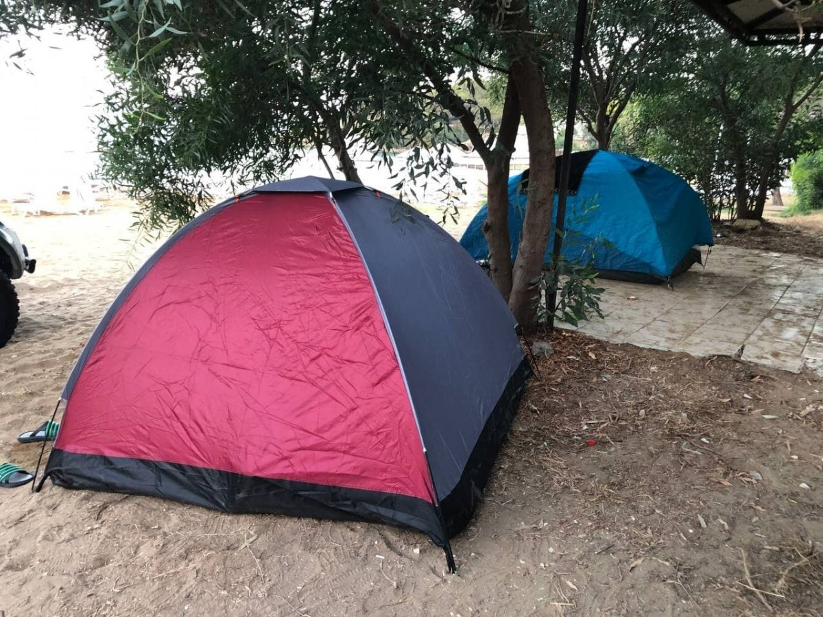 Antalya da otellerde yer kalmayınca tatilciler dışarda yattı #14