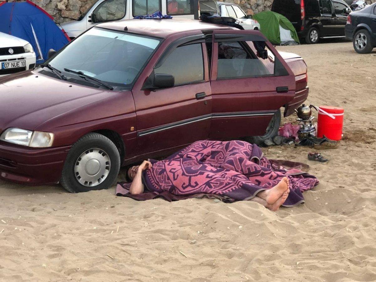 Antalya da otellerde yer kalmayınca tatilciler dışarda yattı #4