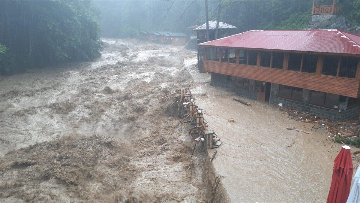 Doğu Karadeniz de sağanak yağış etkisini gösterdi #7