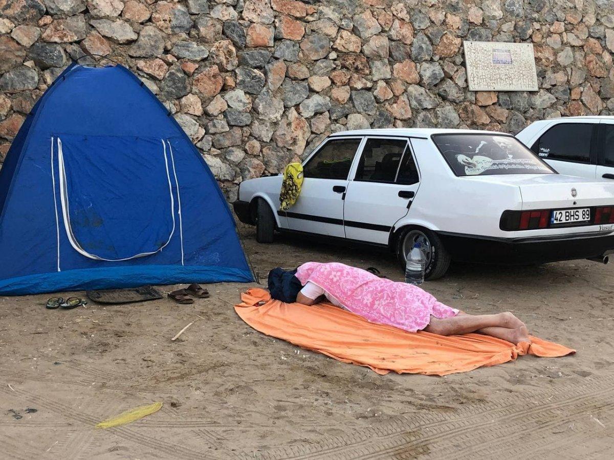 Antalya da otellerde yer kalmayınca tatilciler dışarda yattı #10