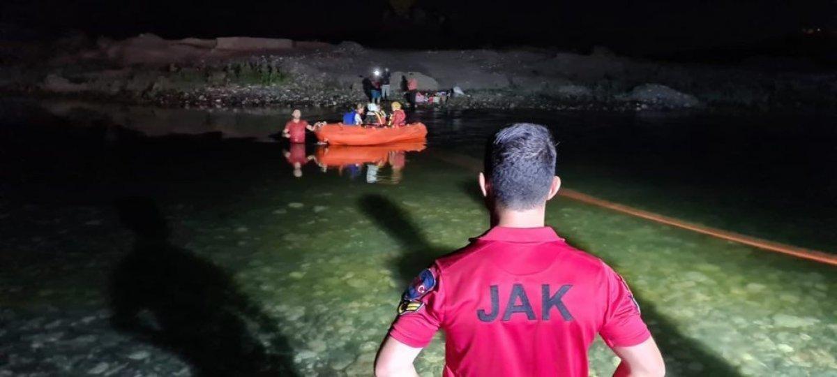 Dicle Nehri kenarında mahsur kalan 21 vatandaş kurtarıldı #1