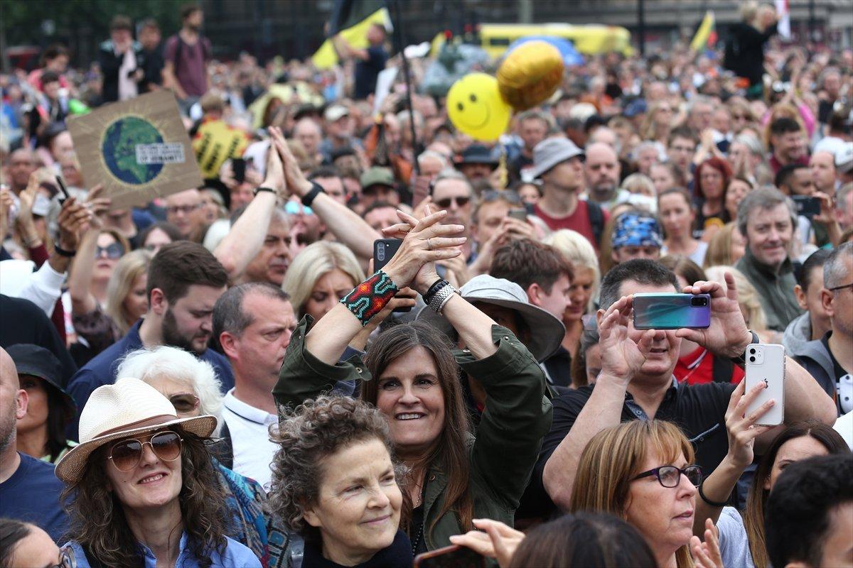 İngiltere ve Fransa da koronavirüs önlemleri protesto edildi  #4