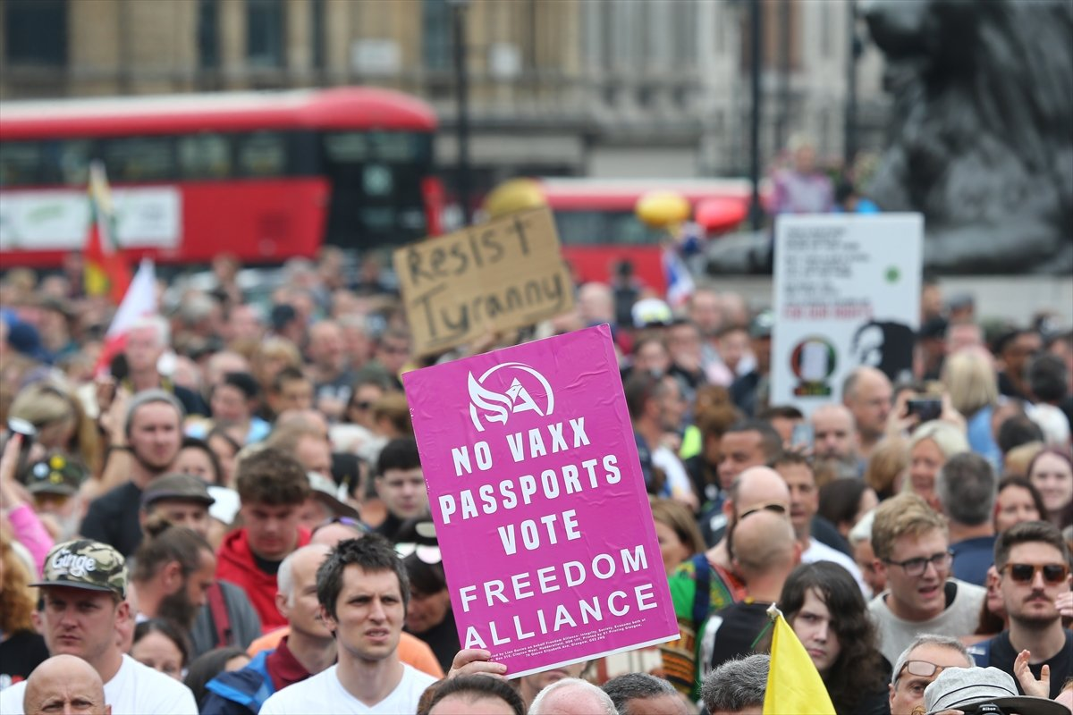 İngiltere ve Fransa da koronavirüs önlemleri protesto edildi  #2