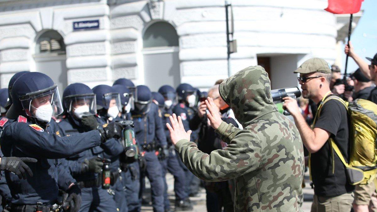 4 Avrupa ülkesinde koronavirüs önlemleri protesto edildi  #4