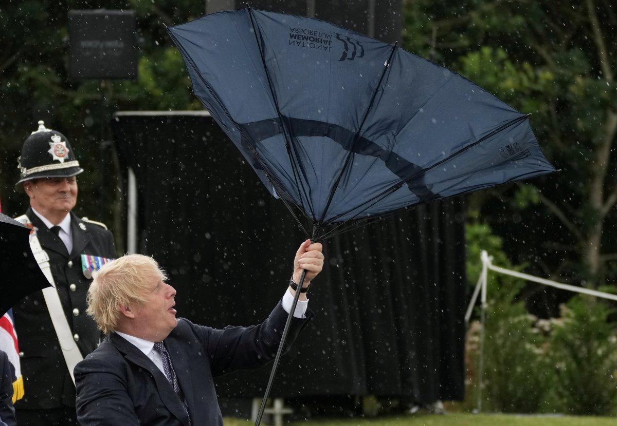 Boris Johnson ın şemsiyesiyle imtihanı #2