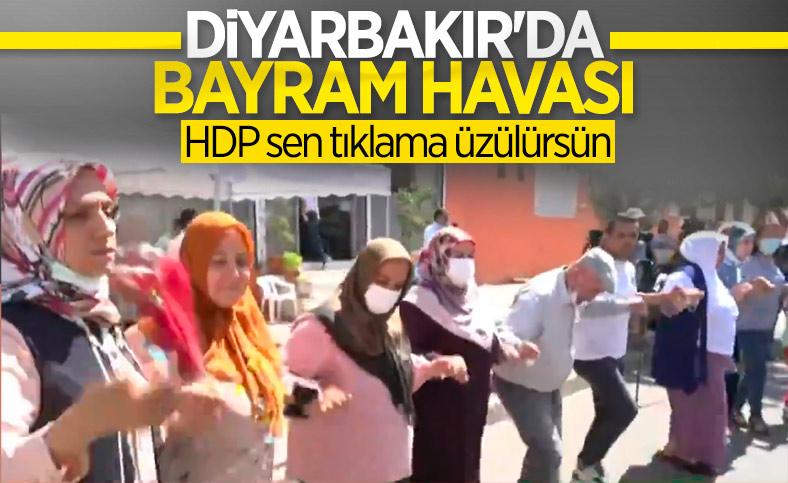 Diyarbakır'da evlatlarına kavuşacak olan anneler, halay çekti