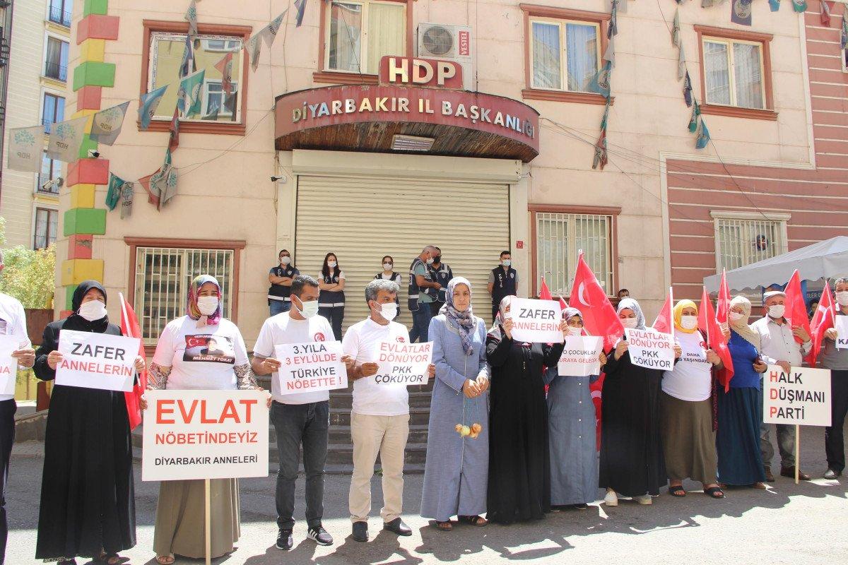 Evladına kavuşan Ayşegül Biçer, HDP binasına soğan astı #3