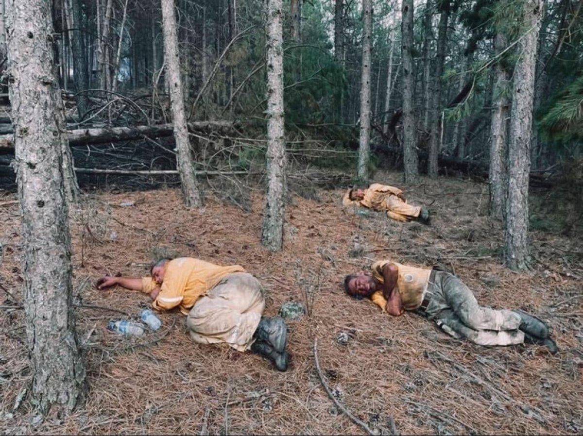Kahraman personeller, yangını söndürdükten sonra toprakta uyudu #1