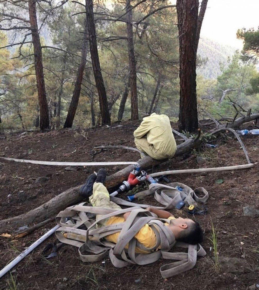 Kahraman personeller, yangını söndürdükten sonra toprakta uyudu #2