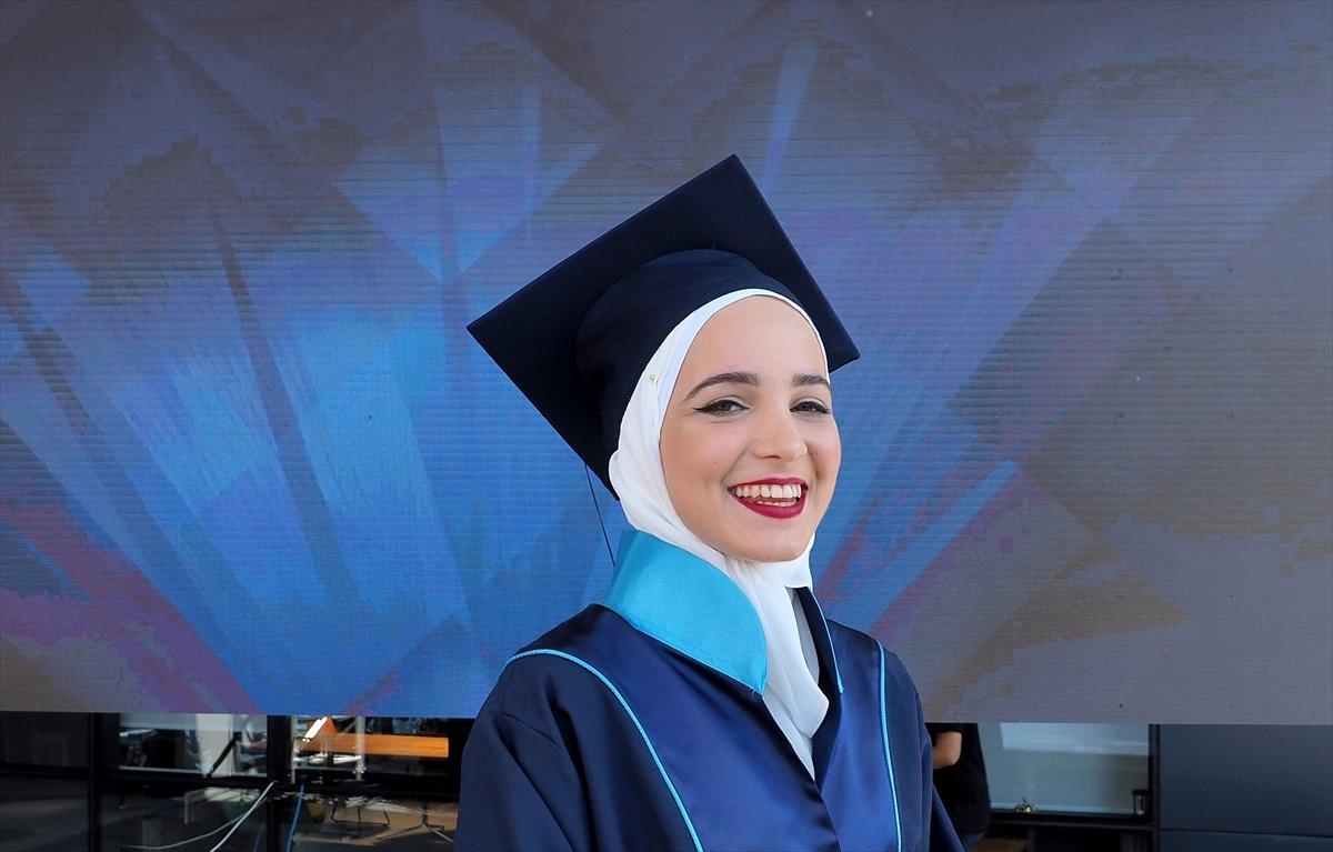 Suriyeli Yasmin Nayal, Türkiye de üniversiteyi birincilikle bitirdi #5
