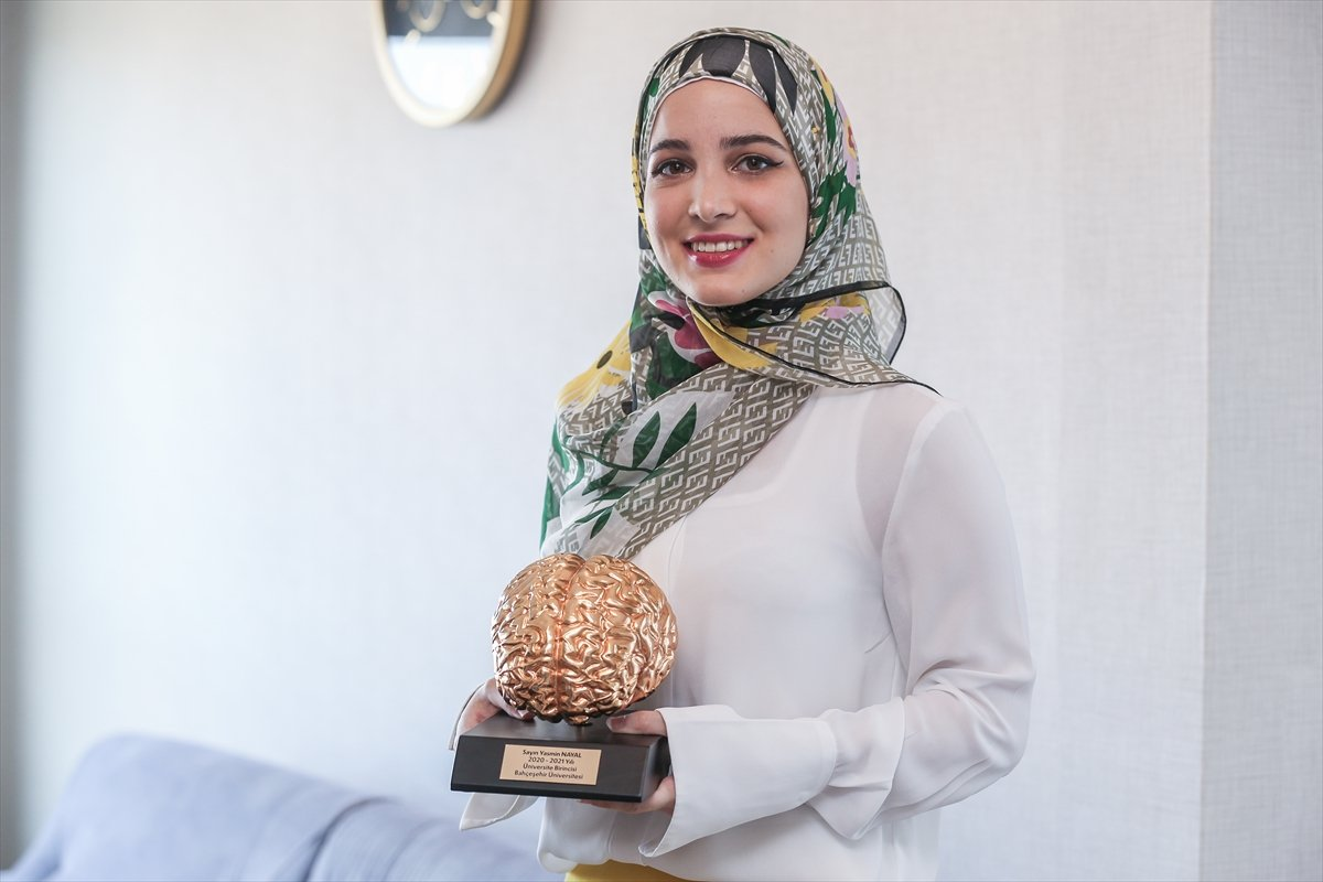 Suriyeli Yasmin Nayal, Türkiye de üniversiteyi birincilikle bitirdi #6