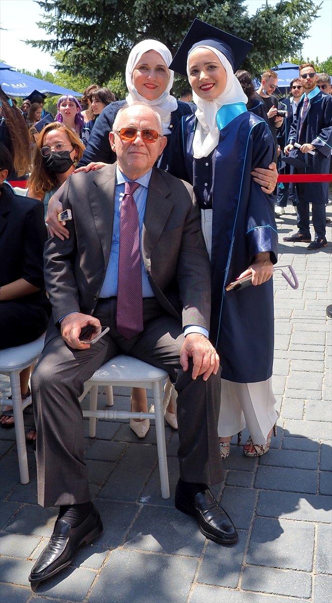 Suriyeli Yasmin Nayal, Türkiye de üniversiteyi birincilikle bitirdi #1