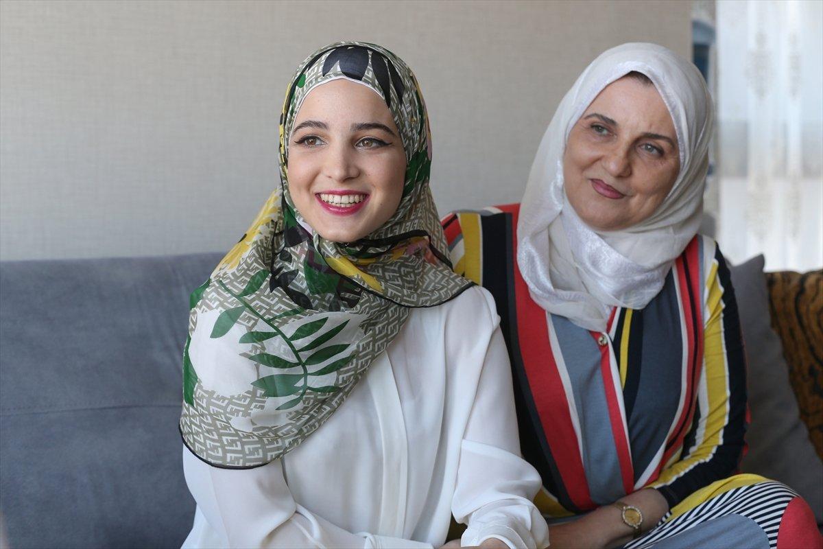 Suriyeli Yasmin Nayal, Türkiye de üniversiteyi birincilikle bitirdi #3