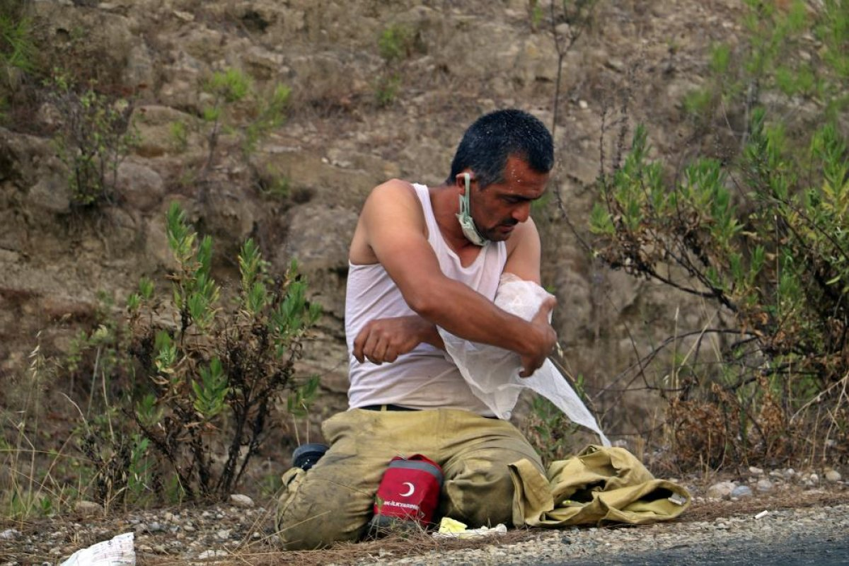 Kahraman personeller, yangını söndürdükten sonra toprakta uyudu #4