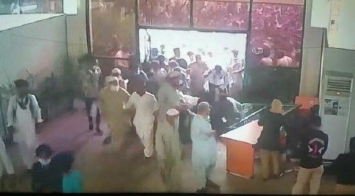 Pakistan da vatandaşlar koronavirüs aşı merkezlerine hücum etti #1
