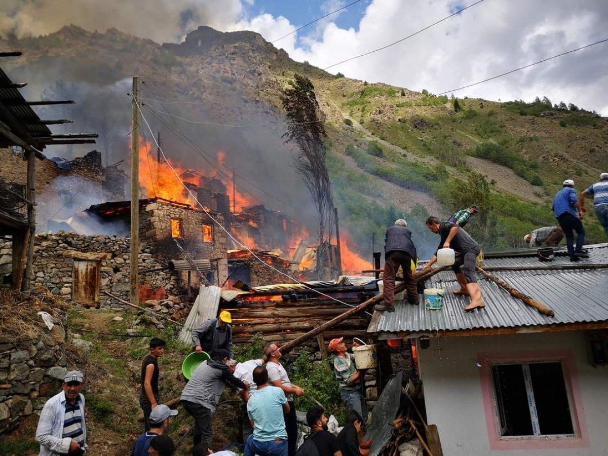 Artvin in Yusufeli ilçesi Yüncüler köyünde yangın #1