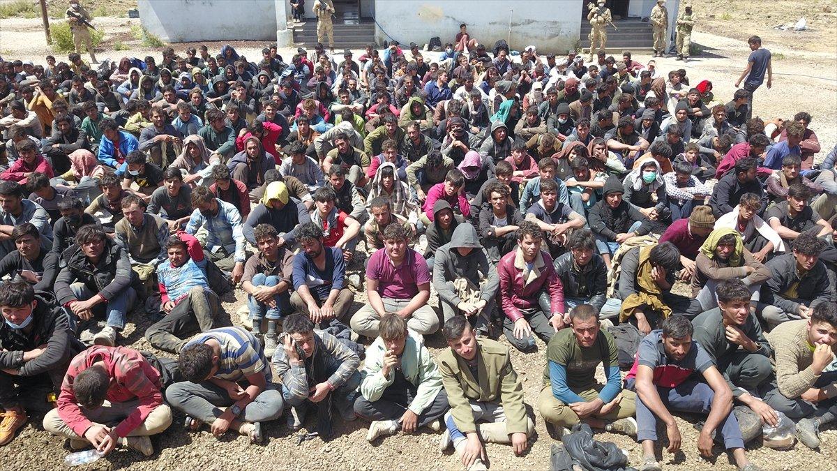 Van'da tırın dorsesinde 300 kaçak göçmen yakalandı #1
