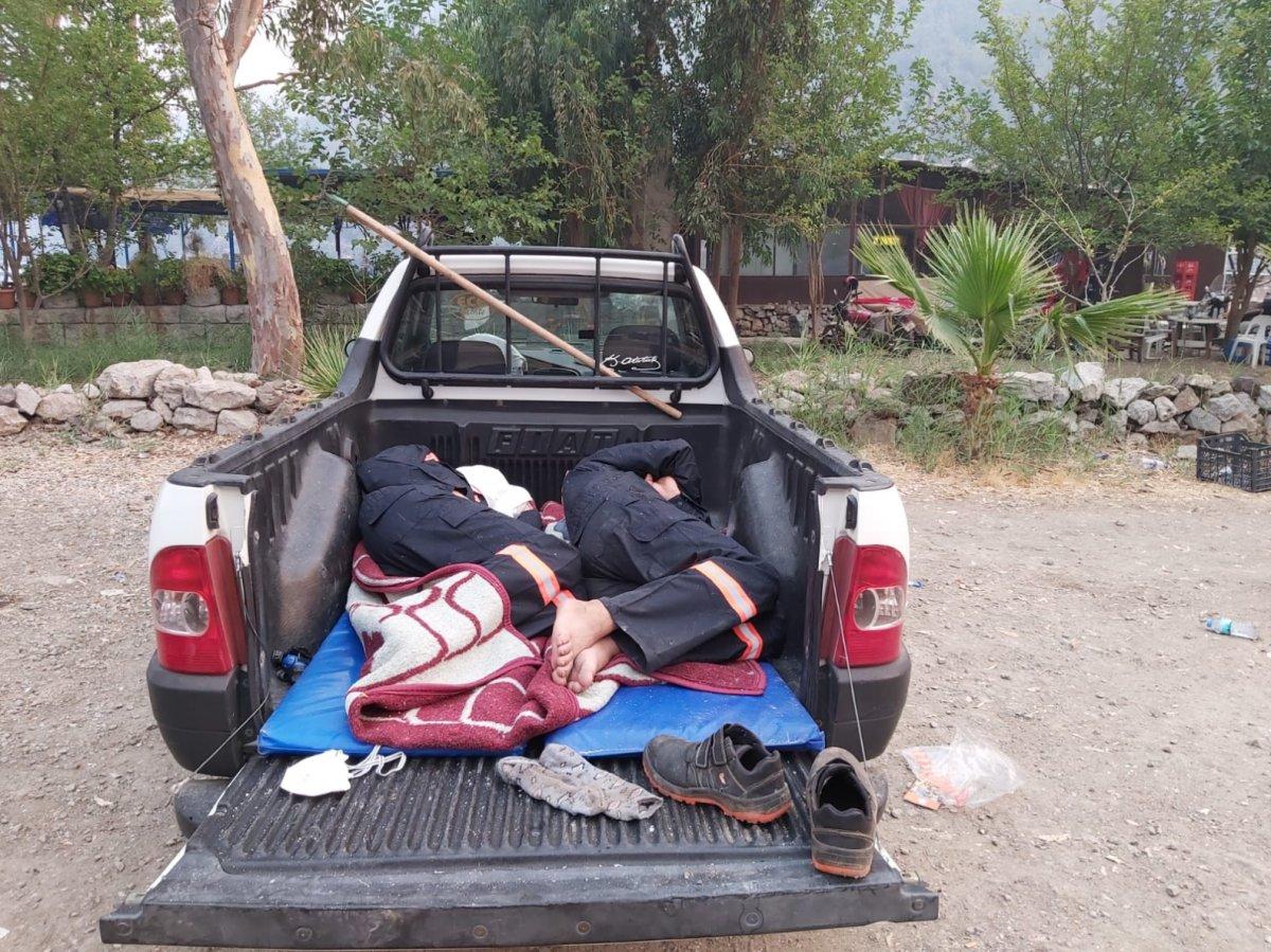 Marmaris te alevlere müdahale eden ekip yorgun düştü #2